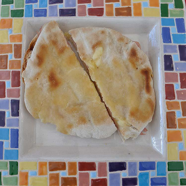 Sandwich de Pan árabe, jamón y queso